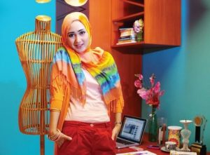Model Tahun 2010an 300x221 - Perkembangan Hijab Dari Sebagai Indentitas Sampai Menjadi Trend Fashion