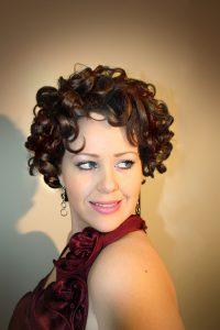 pretty vintage woman 200x300 - Agar Tampil Cantik, Gunakan Makeup Sesuai Event