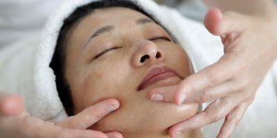 Cara Melakukan Perawatan Wajah Untuk Kulit Berminyak 400x200 - 6 Cara Melakukan Perawatan Wajah Untuk Kulit Berminyak Dengan Alami