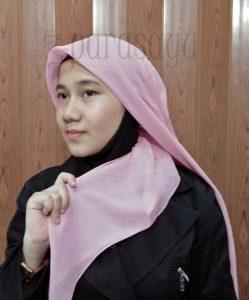 Langkah 4 1 249x300 - 5 Langkah Mudah Tutorial Hijab Segi4 Untuk Ke Kantor
