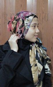 Langkah 5 184x300 - Foto Tutorial Hijab Paris Segi4 Lengkap Dengan Cara Penggunaanya