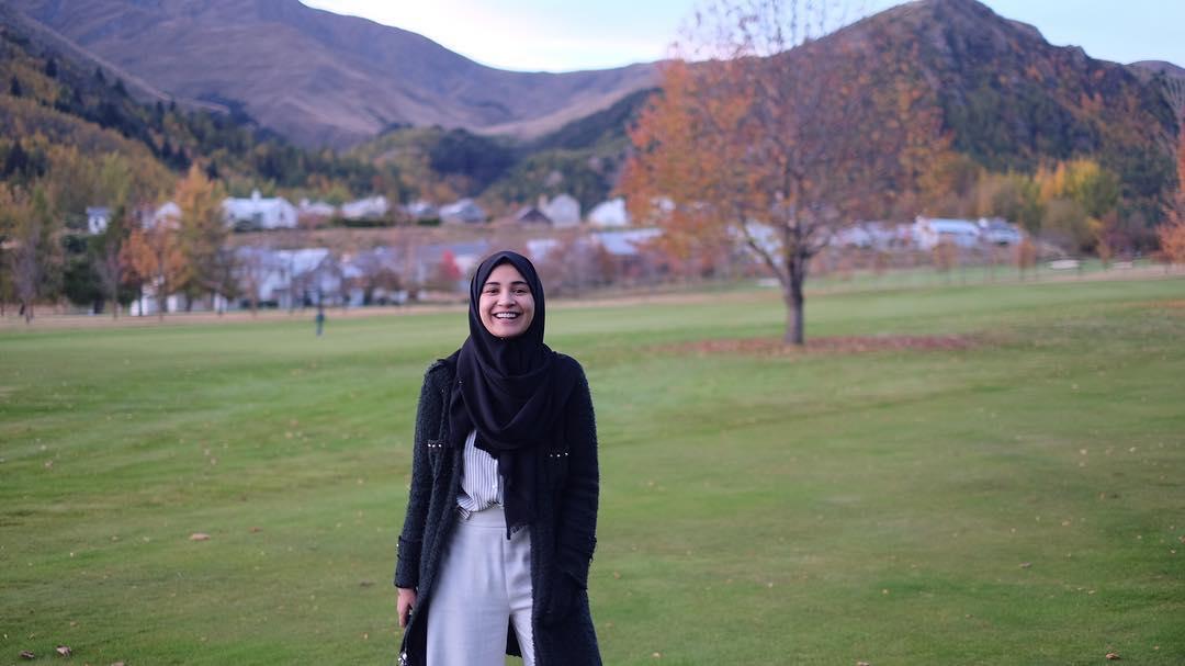 7 Tutorial Hijab Segi Empat Untuk Wajah Bulat Beserta Gambarnya