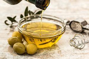 Minyak Zaitun untuk Perawatan Rambut Kering Dengan Cara Tradisional 300x200 - 3 Cara Efektif Perawatan Rambut Kering Dengan Cara Tradisional Sejak Dulu