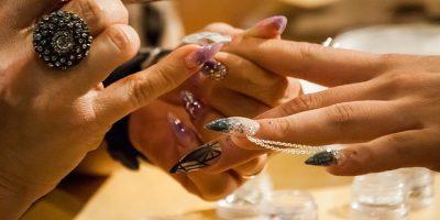 Nail Art Seni Mewarnai Kuku  400x200 - 5 Jenis Pekerjaan Yang Tidak Lazim Bagi Wanita, Tapi Tetap Dikerjakan