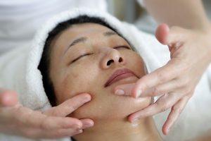 Cara Melakukan Perawatan Wajah Untuk Kulit Berminyak 300x200 - 6 Cara Melakukan Perawatan Wajah Untuk Kulit Berminyak Dengan Alami