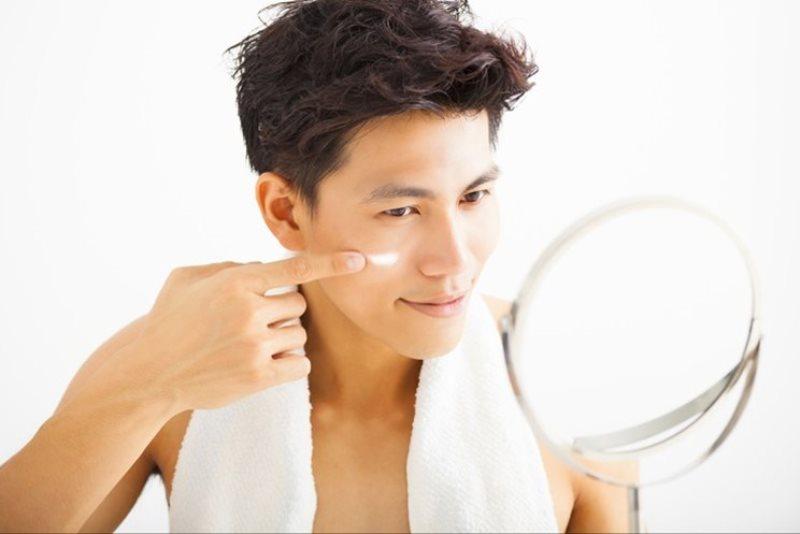 Pelembap muka - Tak Hanya Cuci Muka, Ini 8 Produk Perawatan Wajah Pria Paling Penting