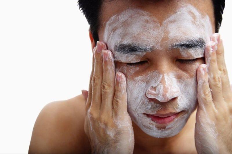 Sabun cuci muka - Tak Hanya Cuci Muka, Ini 8 Produk Perawatan Wajah Pria Paling Penting