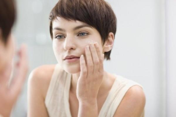 1. Rutin Menggunakan Pelembap atau Moisturizer - 7 Perawatan Wajah Usia 40 Tahun Keatas Yang Sebaiknya Kamu Lakukan
