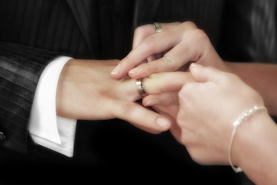 7 4 - Bukan Hanya Soal Harga, Ini 7 Tips Memilih Cincin Pernikahan Yang Tepat