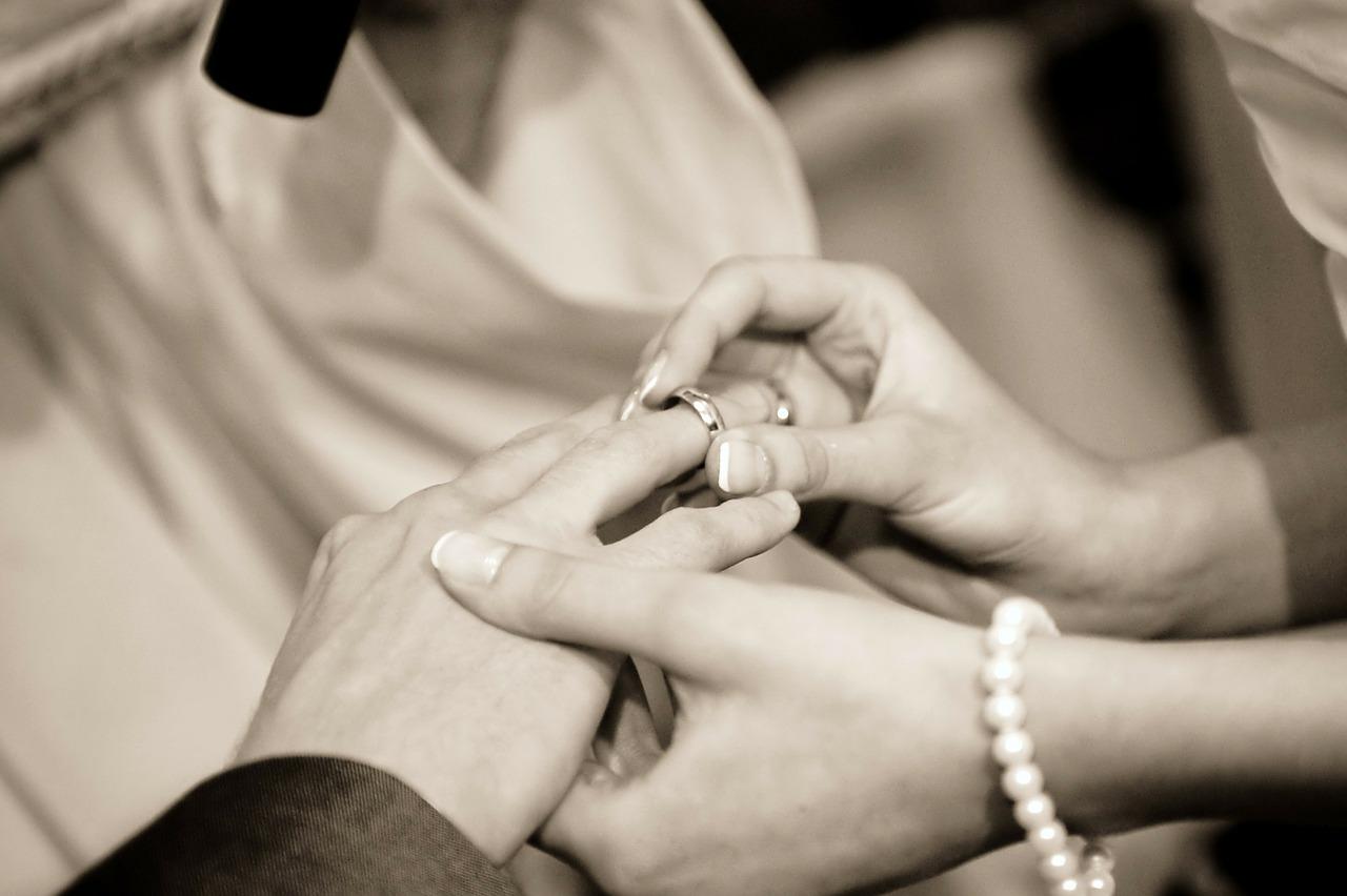 tips memilih cincin pernikahan - 7 Tips Memilih Souvenir Pernikahan Unik dan Murah yang Bikin Tamu Terkesan