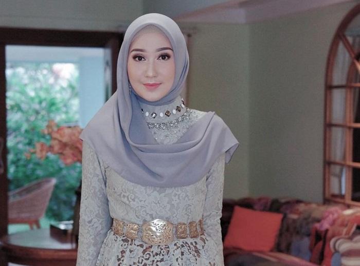 1. Sangat Simple dengan Ide Hijab Ala Dian Pelangi - Pas Banget! Ini 5 Tutorial Hijab Pesta yang Simple