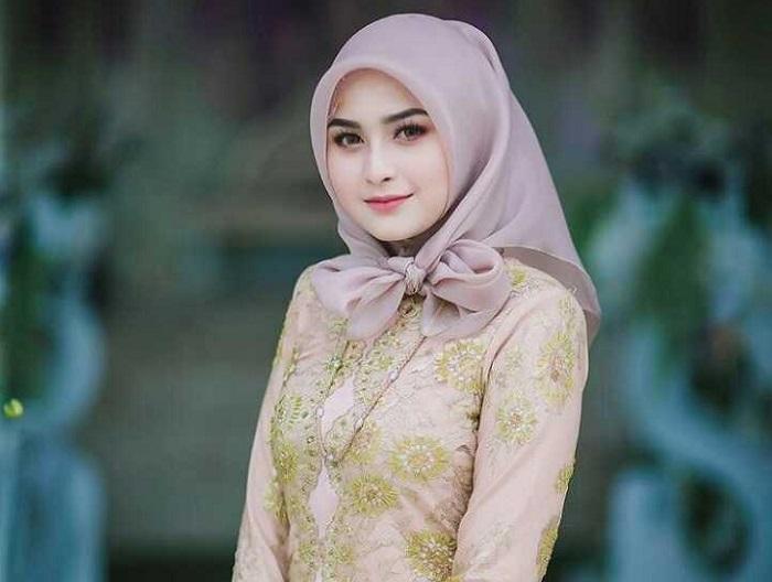 3. Bosan Ikat ke belakang Coba deh Mengikat Hijabmu ke samping - Pas Banget! Ini 5 Tutorial Hijab Pesta yang Simple