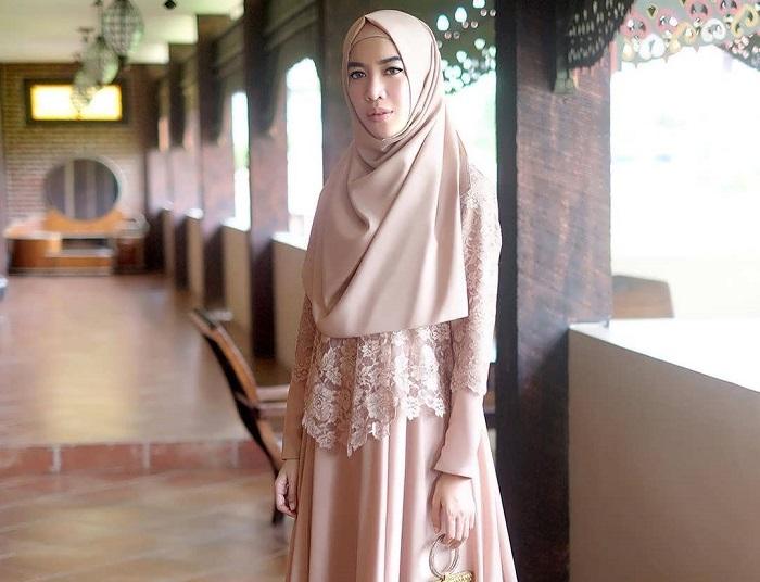 4. Hijab Syar'i Simple dan Tertutup - Pas Banget! Ini 5 Tutorial Hijab Pesta yang Simple