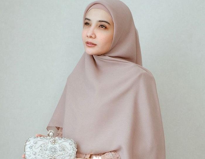5. Hijab Ala Zaskia Sungkar Paling Simple - Pas Banget! Ini 5 Tutorial Hijab Pesta yang Simple