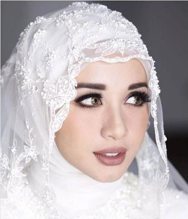 4. Make up dengan kesan bold - 5 Inspirasi Make Up Pernikahan Muslimah, Dijamin Menawan Nan Syar'i