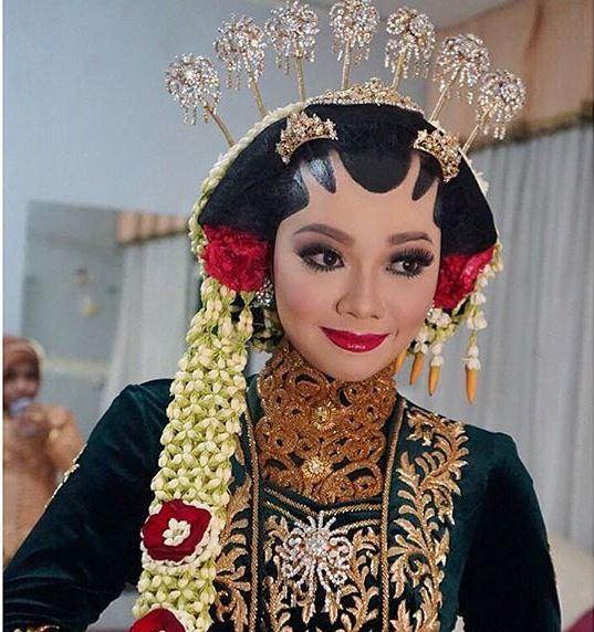 5. Make up dengan tema adat - 5 Inspirasi Make Up Pernikahan Muslimah, Dijamin Menawan Nan Syar'i