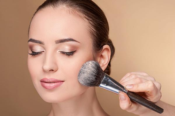 7. Bedak Tabur Agar Foundation Menempel Lebih Maksimal - Cara Make Up ke Pesta Pernikahan yang Simpel, Anggun nan Elegan