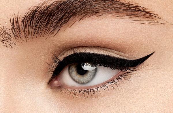 9. Eyeshadow dan Eyeliner juga Faktor Penting - Cara Make Up ke Pesta Pernikahan yang Simpel, Anggun nan Elegan